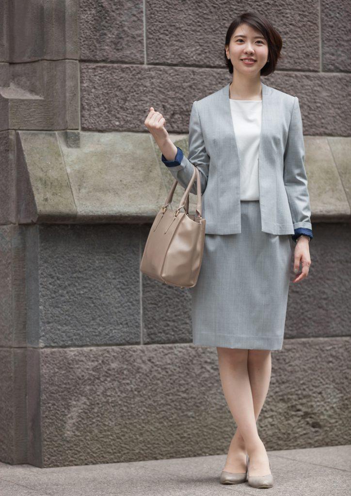 ライトグレー スカートスーツ