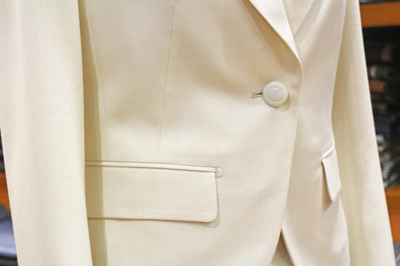 オフホワイトのスーツ