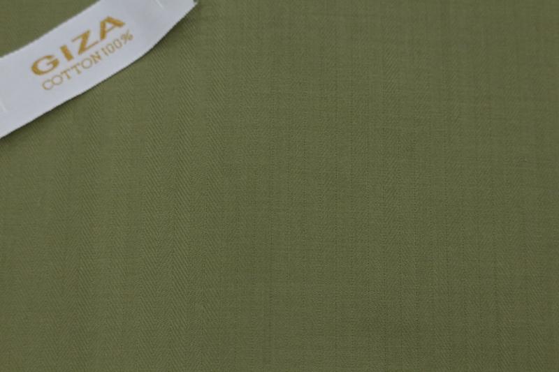オリーブ色のシャツ
