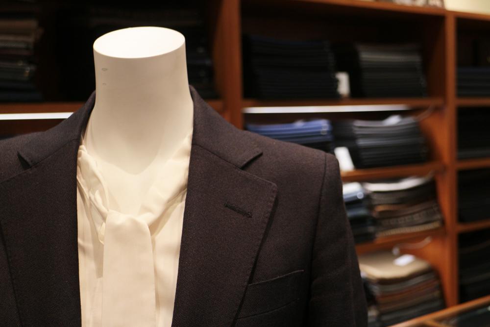 スーツの衿巾