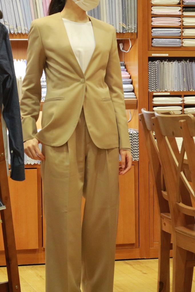 ベージュスーツ